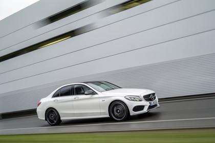 Mercedes AMG C-Klasse W205 Aussenansicht Front schräg dynamisch weiss