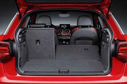 Audi Q2 Aussenansicht Heck Kofferraum geöffnet Rücksitzbank 2/3 umgeklappt Studio statisch rot