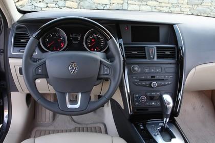Renault Latitude L70 Innenansicht statisch Vordersitze und Armaturenbrett fahrerseitig