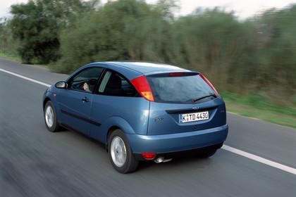 Ford Focus Dreitürer Mk1 Aussenansicht dynamisch blau