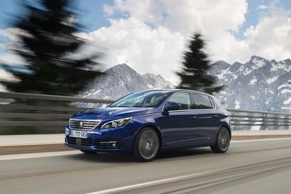 Peugeot 308 T9 Aussenansicht Front schräg dynamisch blau