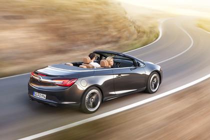 Opel Cascada Aussenansicht Heck schräg dynamisch grau