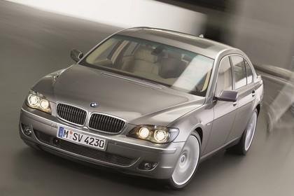 BMW 7er Limousine E65 LCI Aussenansicht Front schräg dynamisch grau