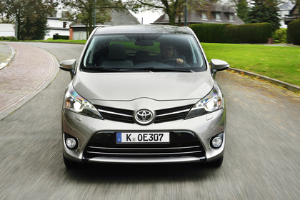 Toyota Verso (ARA2) Aussenansicht Front dynamisch grau