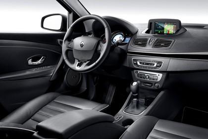 Renault Fluence Z Facelift Innenansicht statisch Studio Vordersitze und Armaturenbrett beifahrerseitig