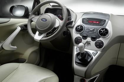 Ford Ka RU8 Innenansicht statisch Studio Vordersitze und Armaturenbrett beifahrerseitig