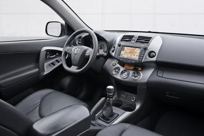 Toyota RAV4 XA3 Facelift Innenansicht statisch Studio Vordersitze und Armaturenbrett beifahrerseitig
