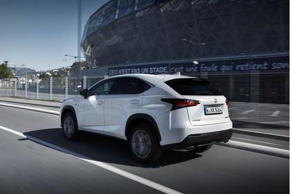 Lexus NX AZ1 Aussenansicht Seite schräg dynamisch weiss