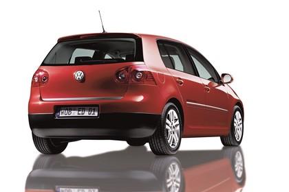 VW Golf 5 Fünftürer Aussenansicht Heck schräg statisch Studio rot