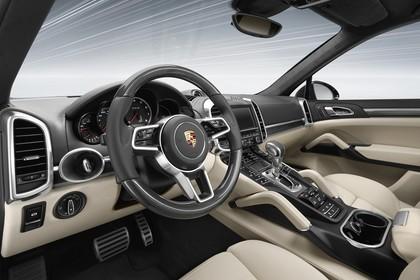 Porsche Cayenne Turbo S 92A Innenansicht statisch Studio Vordersitze und Armaturenbrett fahrerseitig