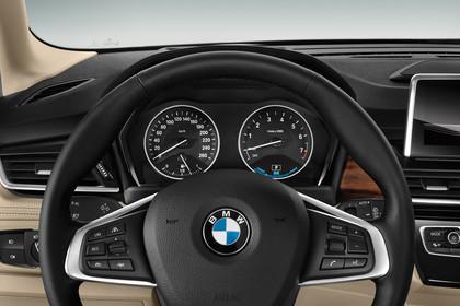 BMW 2er Active Tourer Innenansicht Detail KOmbiinstrument Studio statisch beige