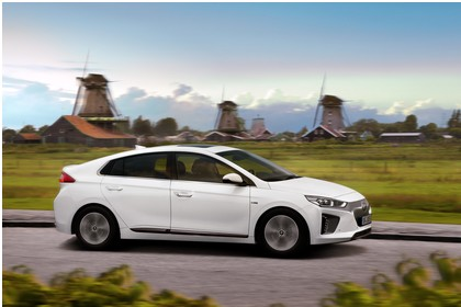 Hyundai IONIQ Elektro Aussenansicht Seite schräg dynamisch weiss