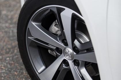 Peugeot 308 T9 Aussenansicht Seite schräg statisch Detail Felge vorne links weiss