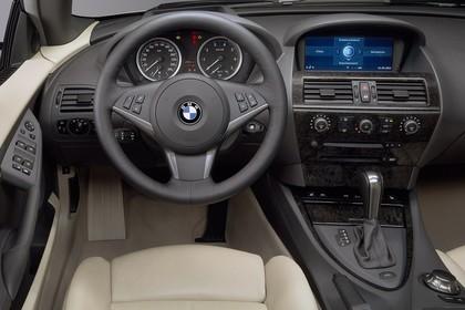 BMW 6er Cabriolet E64 Innenansicht statisch Studio Vordersitze und Armaturenbrett fahrerseitig