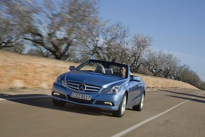 Mercedes-Benz E-Klasse Cabriolet A207 Aussenansicht Front dynamisch blau