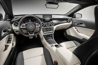 Mercedes-Benz GLA X156 Innenansicht Fahrerposition Studio statisch schwarz beige