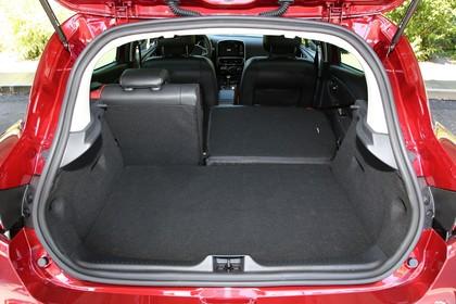 Renault Clio 4 Aussenansicht Heck statisch Heckklappe geöffnet