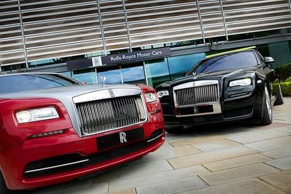 Rolls-Royce Wraith Ghost Aussenansicht Front schräg statisch rot schwarz