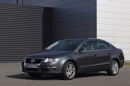 VW Passat Limousine B6 Aussenansicht Front schräg statisch grau