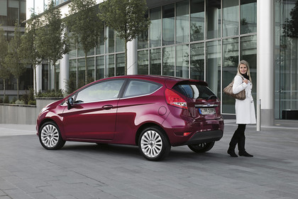 Ford Fiesta JA8 Dreitürer Aussenansicht Heck schräg statisch lila