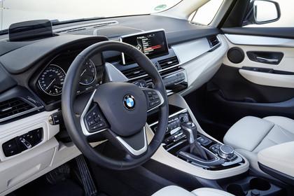 BMW 2er Active Tourer Innenansicht Fahrerposition statisch beige