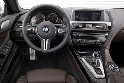 BMW M6 Gran Coupé F06 Innenansicht statisch Studio Vordersitze und Armaturenbrett fahrerseitig