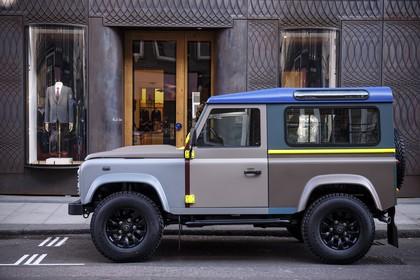 Land Rover Defender Dreitürer Aussenansicht Seite statisch grau braun blau gelb