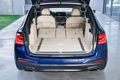 BMW 5er G31 Touring Aussenansicht Heck Kofferraum geöffnet Rückbank umgeklappt statisch blau