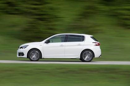 Peugeot 308 T9 Aussenansicht Seite dynamisch weiss