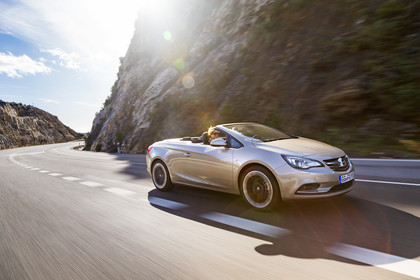 Opel Cascada Aussenansicht Front schräg dynamisch gold