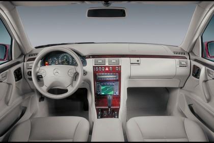 Mercedes Benz E-Klasse Limousine W210 Studio Innenansicht Vorn statisch weiß