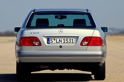 Mercedes Benz E-Klasse Limousine W210 Aussenansicht Heck statisch silber