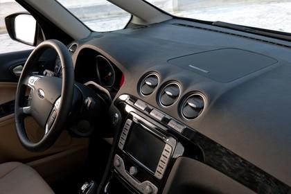 Ford Galaxy II Facelift Innenansicht statisch Lenkrad und Armaturenbrett beifahrerseitig