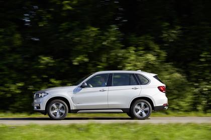 BMW X5 Facelift Aussenansicht Seite dynamisch weiss