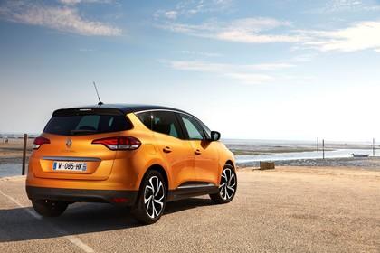 Renault Scenic RFA Aussenansicht Heck schräg statisch orange