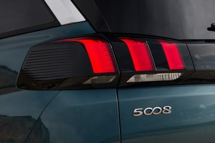 Peugeot 5008 SUV Aussenansicht Heck schräg statisch Detail Rückleuchte links grün