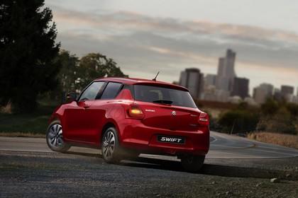 Suzuki Swift AZ Aussenansicht Heck schräg dynamisch rot