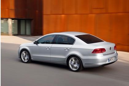 VW Passat Limousine B7 Aussenansicht Seite schräg dynamisch silber