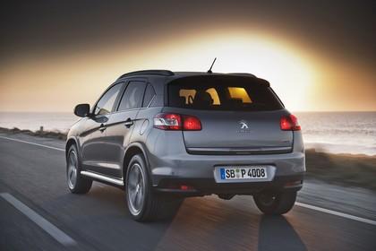 Peugeot 4008 B Aussenansicht Heck schräg dynamisch grau