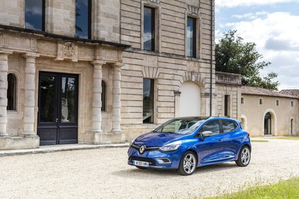 Renault Clio 4 Aussenansicht Front schräg statisch blau