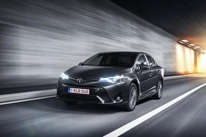 Toyota Avensis Limousine T27 Aussenansicht Front schräg dynamisch grau