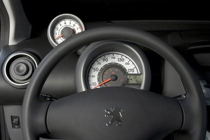 Peugeot 107 P Dreitürer Innenansicht statisch Studio Detail Lenkrad und Tacho
