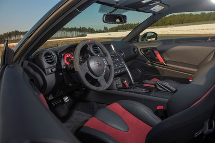 Nissan GT-R R35 Innenansicht statisch Vordersitze und Armaturenbrett