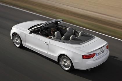 Audi A5 Cabrio Aussenansicht Heck schräg erhöht dynamisch weiss
