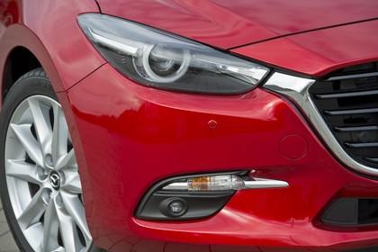 Mazda 3 BM Fünftürer Aussenansicht Front schräg statisch Detail Scheinwerfer und Nebelscheinwerfer rechts