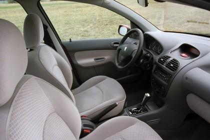 Peugeot 206 Dreitürer Innenansicht statisch Vordersitze und Armaturenbrett beifahrerseitig