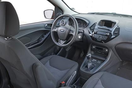 Ford KA+ Innenansicht studio Vordersitze und Armaturenbrett beifahrerseitig