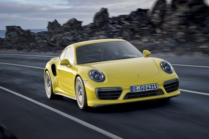 Porsche 911 Turbo S 991.2 Aussenansicht Front schräg dynamisch gelb