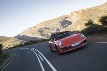 Porsche 911 Targa 4 GTS 991.2 Aussenansicht Front schräg dynamisch rot