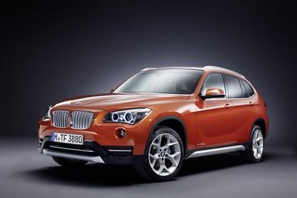 BMW X1 E84 LCI Aussenansicht Front schräg statisch Studio orange
